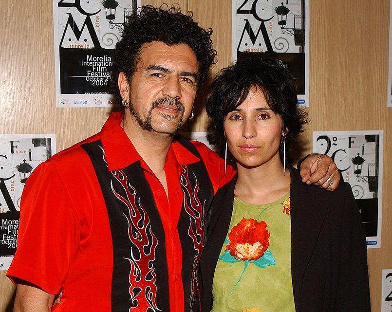 """Lxs oradorxs principalxs Sergio Arau y Yareli Arizmendi de la película de 2004 """"Un día sin mexicanos"""""""